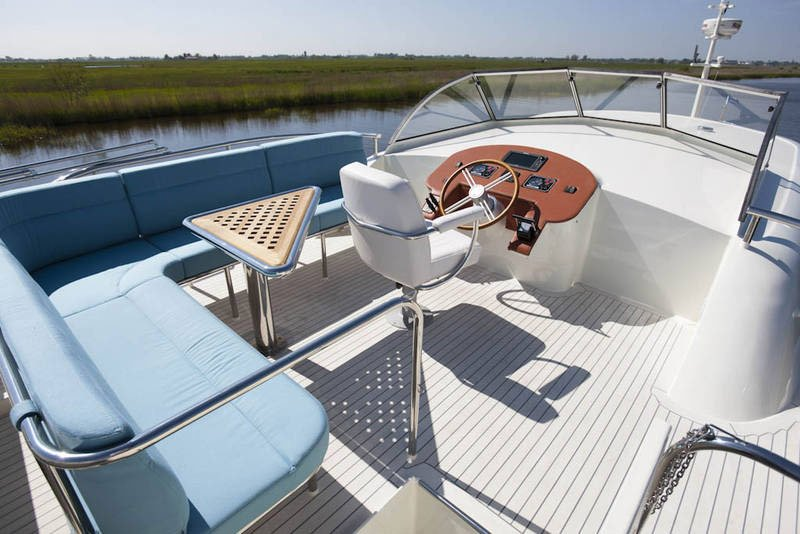 Sports Boat with a Flexiteek 2G deck in Off-White with grey caulking